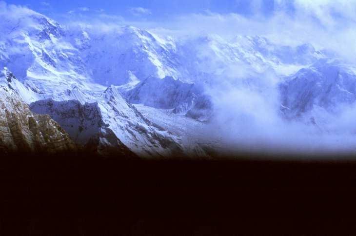 Pobieda oraz lodowiec Zwjezdoczka. Dzień 'ataku szczytowego', około 6800. Nietypowy format zdjęcia określiły zamarznięte smary migawki :)
