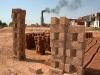 Cegielnia gdzie cegły wyrabiają metoda XIXwieczną a wśród zatrudnionych nie brakuje dzieci