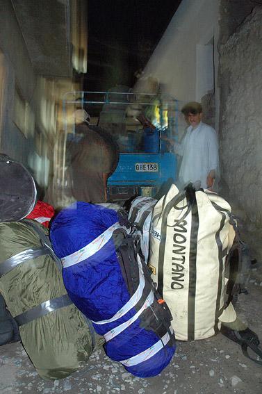 Jeszcze w Skardu - pakowanie sprzętu na jeepa...