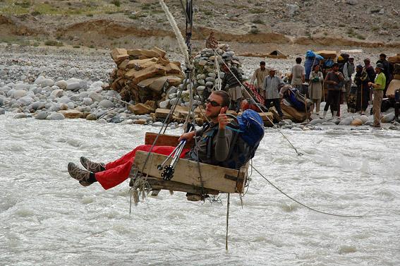 Wawa przeprawiany przez rzekę