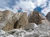 Przyblizony przebieg dróg na I turni Severence Ridge: (B) oryginalna linia z roku 2005 powtórzona do szczytu I turni przez zespół Pieprzycki-Szczotka (z małymi wariantami) (C) nasz nowy wariant Let's Go home, (A) górna część naszej drogi PIA na dziewiczym
