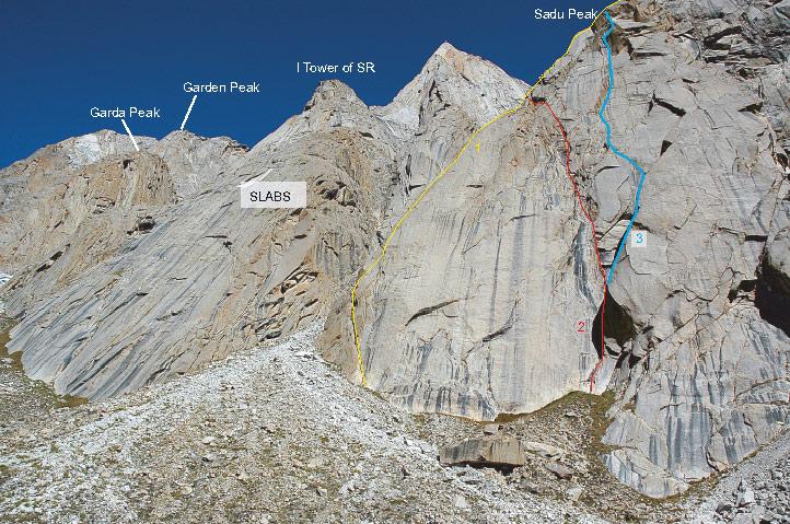 Przebieg dróg na Sadu Peak (nasza nr 3) z widocznymi w tle Garden Peakiem i I turnią Severence Ridge