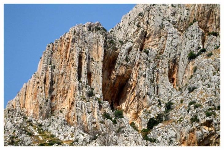 Nieeksplorowane skały nad plażą Lucisce.