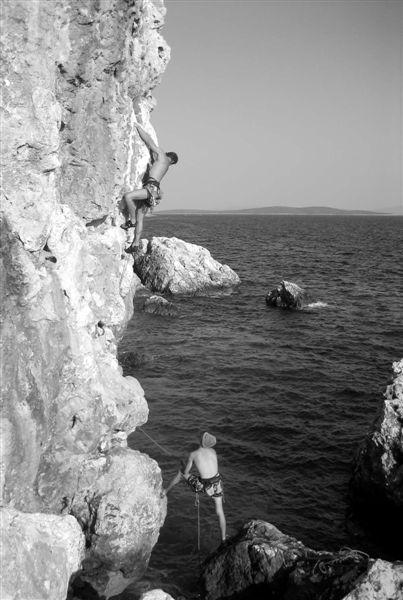 Cliffbase. Wspina się Jakub Szymanik.