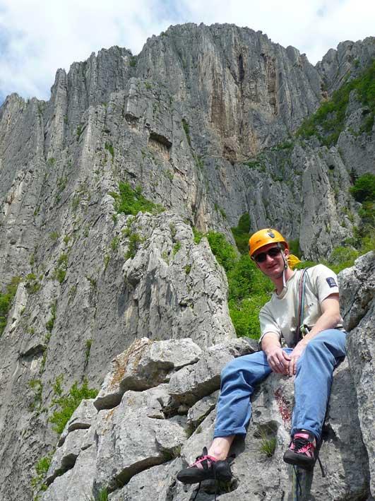 Arek na szczycie masywu Urvicz, w tle prawa niższa część Centralnej ściany tzw. masyw Hergiani –