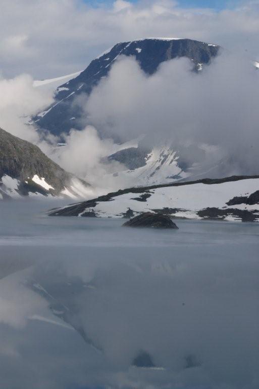 zamarznięte jezioro gdzieś nad Romsdalen (chwile po zrobieniu tego zdjęcia zgubiliśmy sie i następne dwie-trzy godziny spędziliśmy krążąc po płaskowyżu)