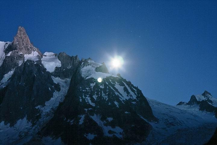 Wschód księżyca + ząb giganta = widok z miejsca biwakowego