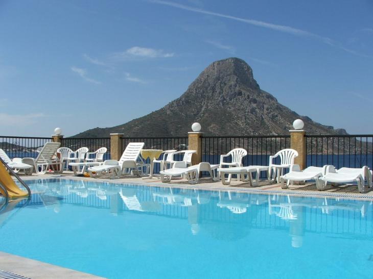7. Nasz basen z widokiem na wulkaniczną wyspę Telendos