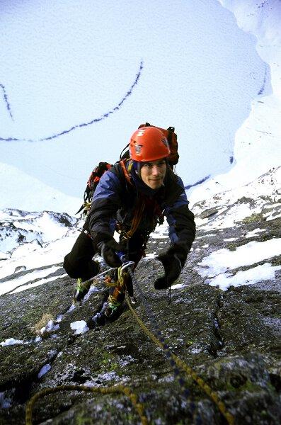 2004-12-13 Tatry. Podczas przejscia Schodow do Nieba na Kazalnicy Mieguszowieckiej. Fot. Wojtek Ryczer