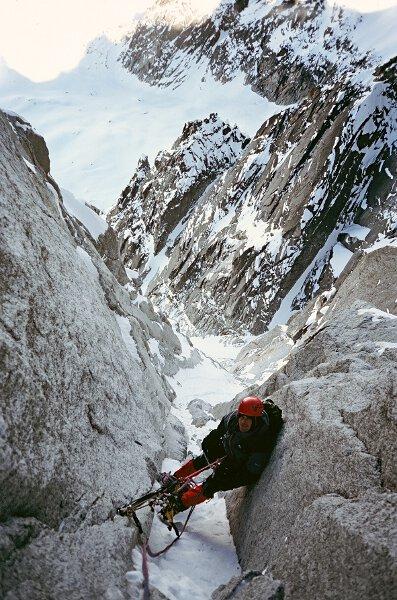 2005-03 Alpy, na drodze Rebuffat Terray na polnocnej scianie Aiguille des Pelerins. Fot. Wojtek Ryczer