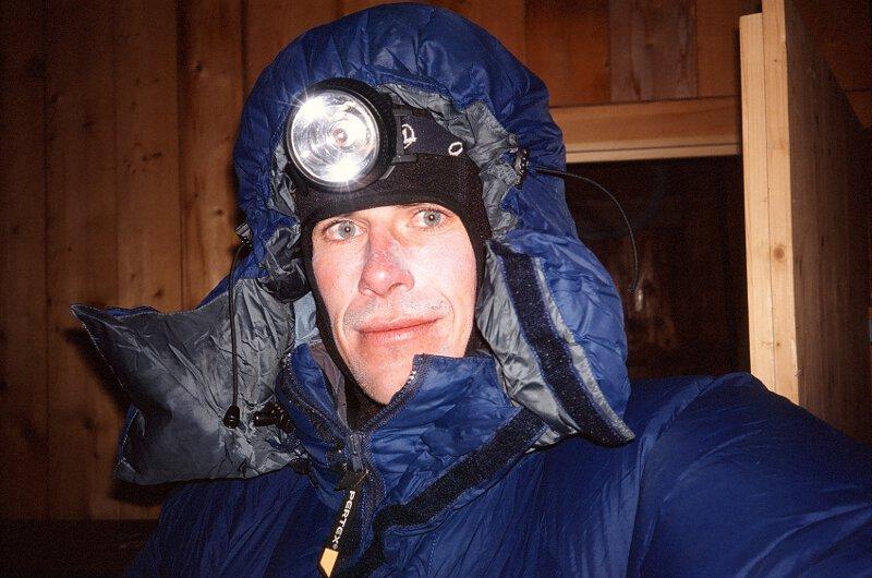 2006-03-19 Alpy Walijskie, w schronisku Honrli po probie na polnocnej scianie ... - autoportret