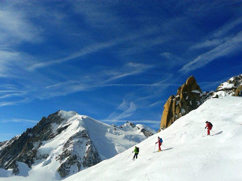 Masyw Mont Blanc, poniżej Aiguille du Midi_a co się może panu w puchu stać Miękkie to, białe…
