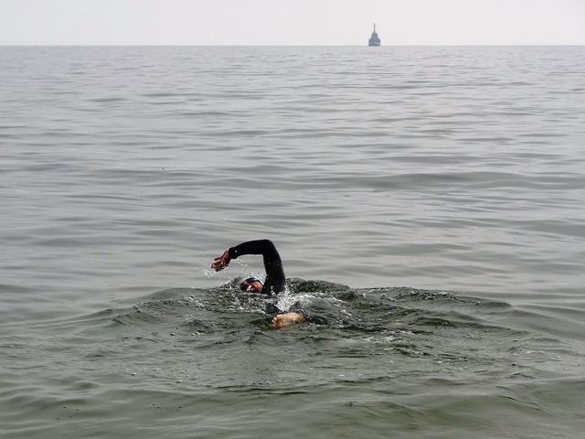 Pływanie w spokojnym morzu. Fot. Julia Wernik